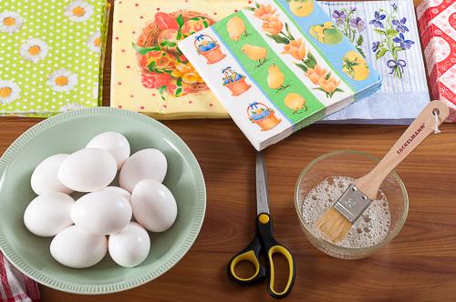 Декупаж със салфетки върху великденски яйца